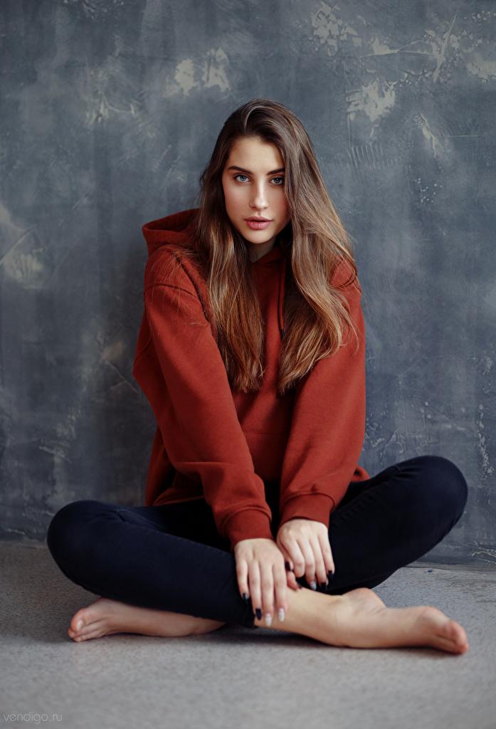 Desktop Hintergrundbilder Braunhaarige Model Anna, Evgeniy Bulatov junge frau Sitzend Blick  für Handy Braune Haare Mädchens junge Frauen sitzt sitzen Starren