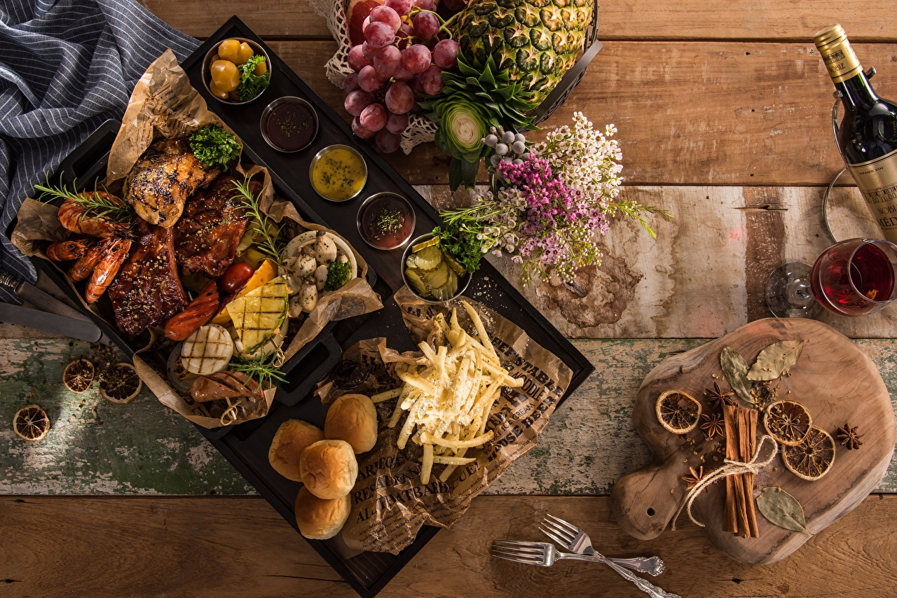 Photos finger chips Grapes Pineapples Food Fork Stemware Seasoning Cutting board Meat products French fries Spices