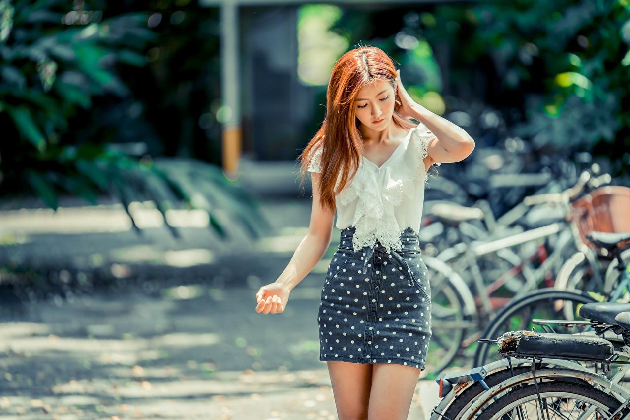 Bilder von Rock Braunhaarige unscharfer Hintergrund Bluse Mädchens Asiaten Hand Braune Haare Bokeh junge frau junge Frauen Asiatische asiatisches