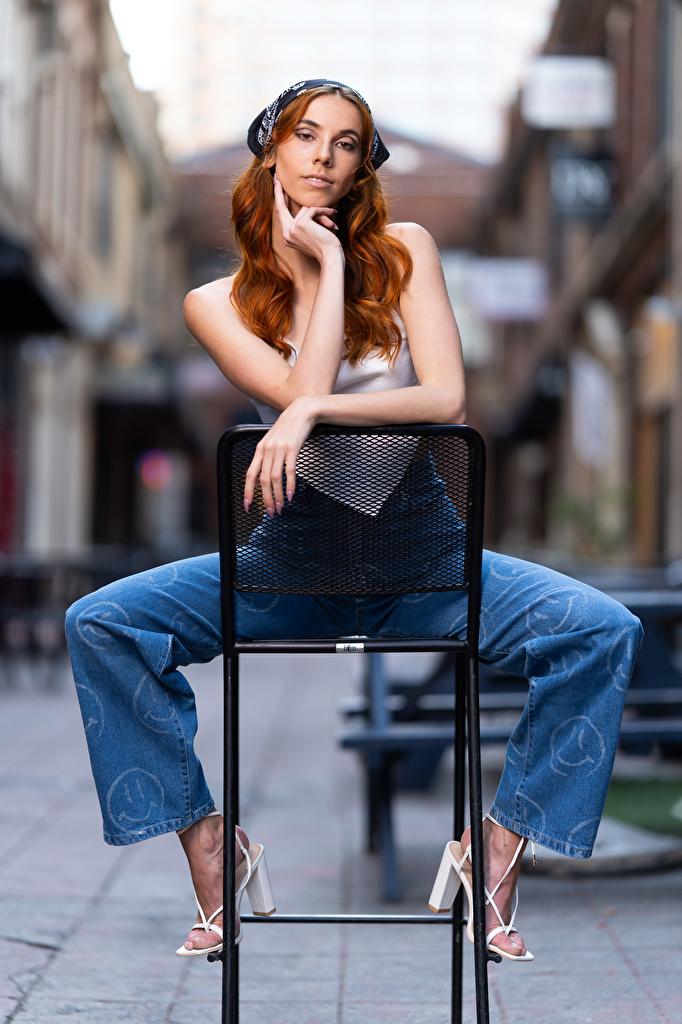 Fotos Taylor Freeze Rotschopf Mädchens Hand sitzen Stühle Starren  für Handy junge frau junge Frauen Stuhl sitzt Sitzend Blick
