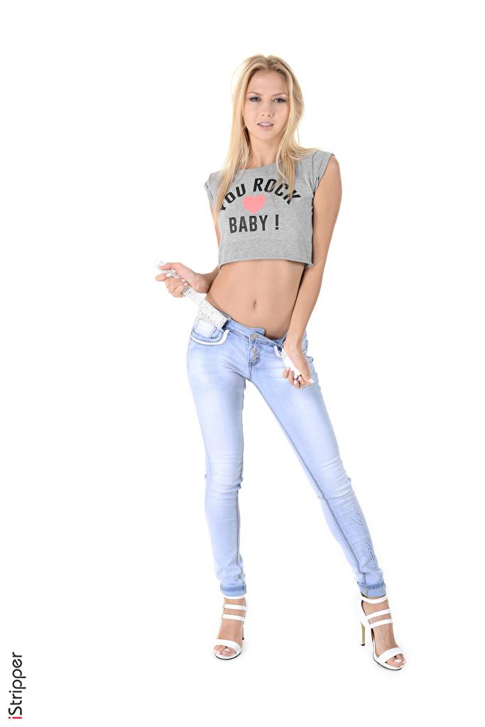 Tapeta na pulpit Blondynka iStripper Kristina Koszulka Dziewczyny Nogi Dżinsy Ręce na białym tle Buty na obcasie  dla Telefon komórkowy T-shirt koszulce dziewczyna młoda kobieta młode kobiety Białe tło