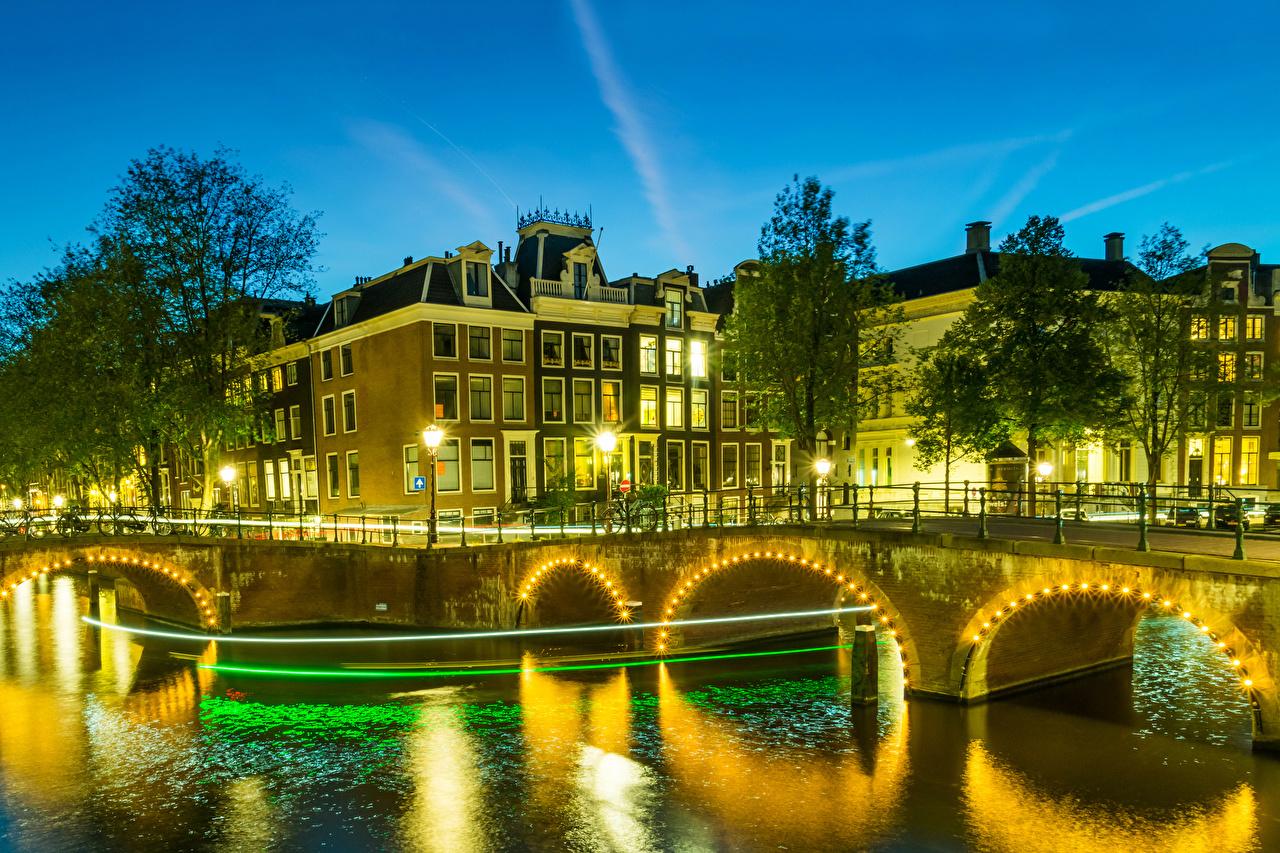 Fotos von Amsterdam Niederlande Kanal Brücke Nacht Lichterkette Straßenlaterne Städte Gebäude Brücken Haus