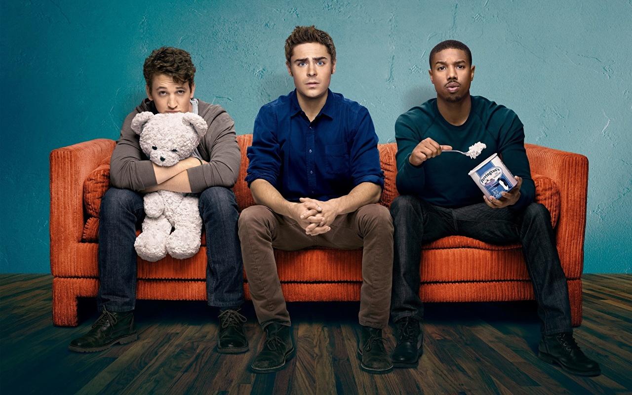 Tapety na pulpit Zac Efron mężczyzna That Awkward Moment, Michael B. Jordan, Miles Teller Murzyn Miś Filmy Kanapa trzech Zabawki Celebryci Mężczyźni film trzy Troje 3 zabawka
