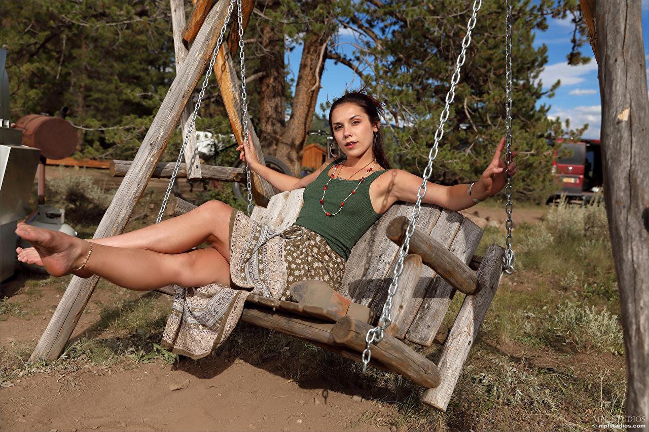 Bilder Elena Generi Schaukel junge Frauen Bein sitzt Starren Mädchens junge frau sitzen Sitzend Blick