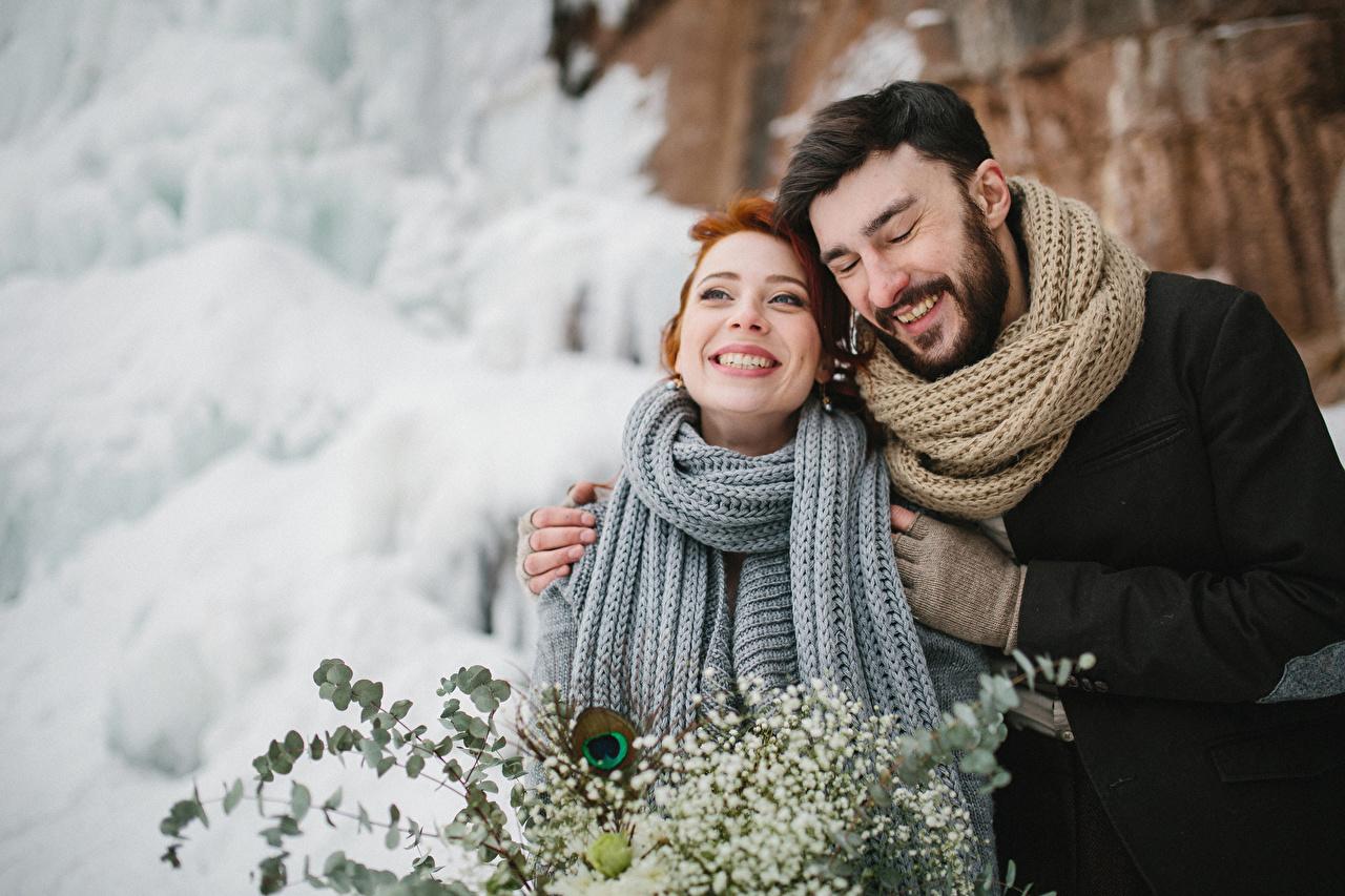 Fotos Mann Schal glückliches 2 Liebe Winter Umarmung Mädchens Freude Glücklich fröhlicher glückliche fröhliches glücklicher Zwei umarmt umarmen