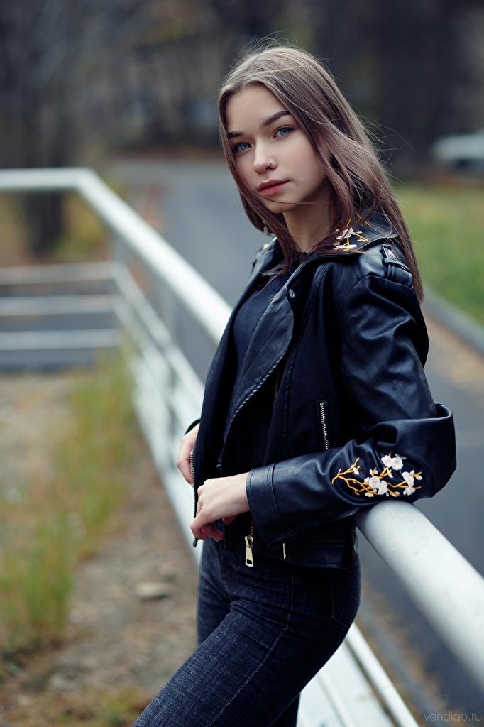 Bilder Bokeh Pose Jacke Mädchens Jeans Blick  für Handy unscharfer Hintergrund posiert junge frau junge Frauen Starren