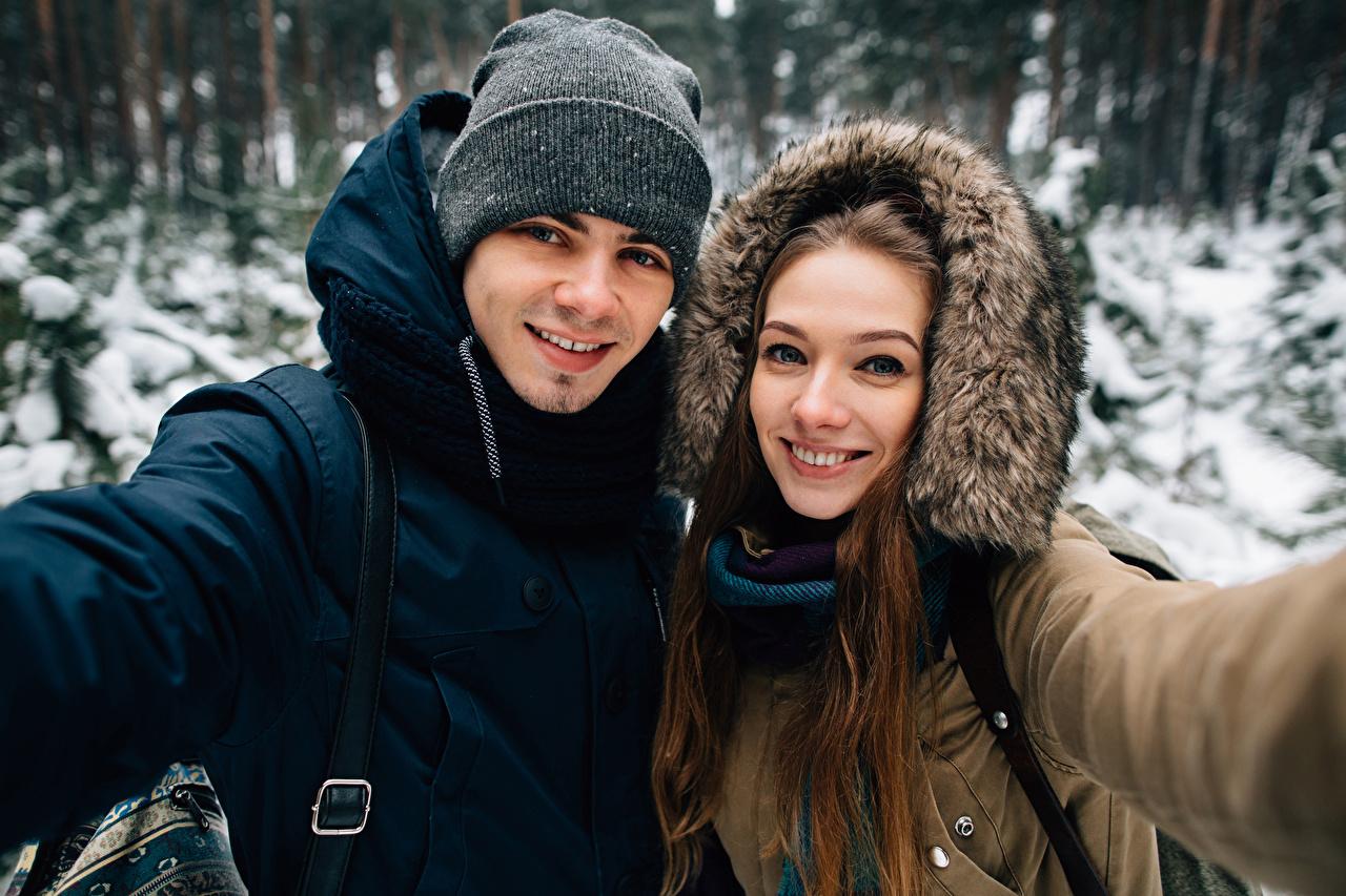 Bilder von Mann Lächeln 2 Winter Mütze Mädchens Blick Zwei junge frau junge Frauen Starren