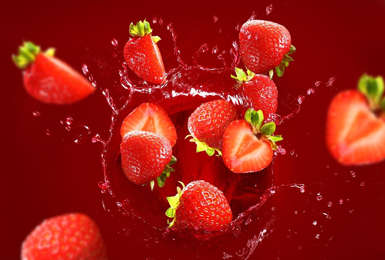 zdjęcia Truskawki Plusk wody Jagody żywność truskawka Jedzenie