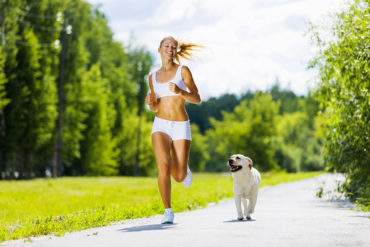 Foto Hunde Lauf Lächeln Weg junge frau hund Laufen Laufsport Mädchens junge Frauen