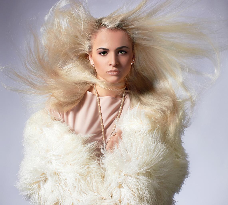 Fotos von Blond Mädchen Haar Mädchens Starren Schmuck Blondine junge frau junge Frauen Blick