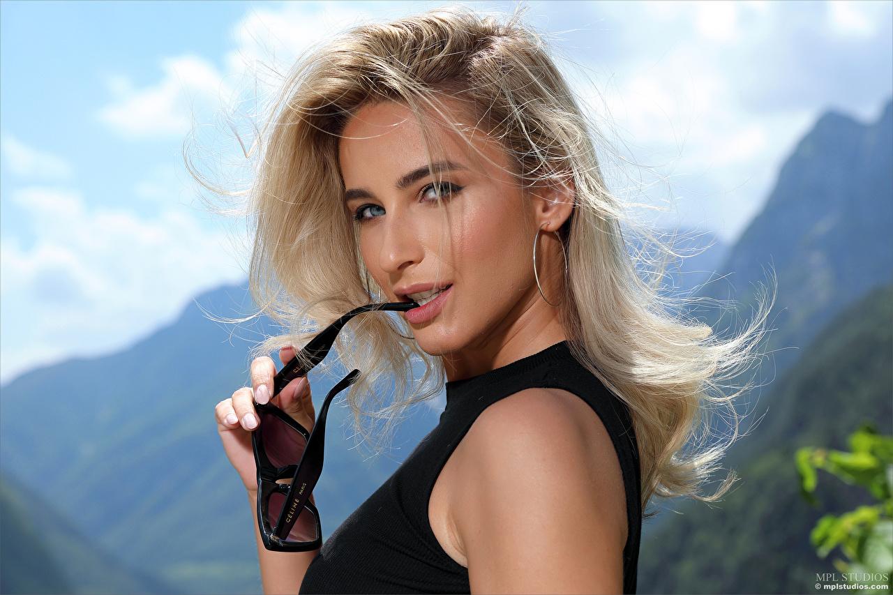 Bilder von Cara Mell Blond Mädchen Haar Gesicht junge Frauen Brille Blick Blondine Mädchens junge frau Starren