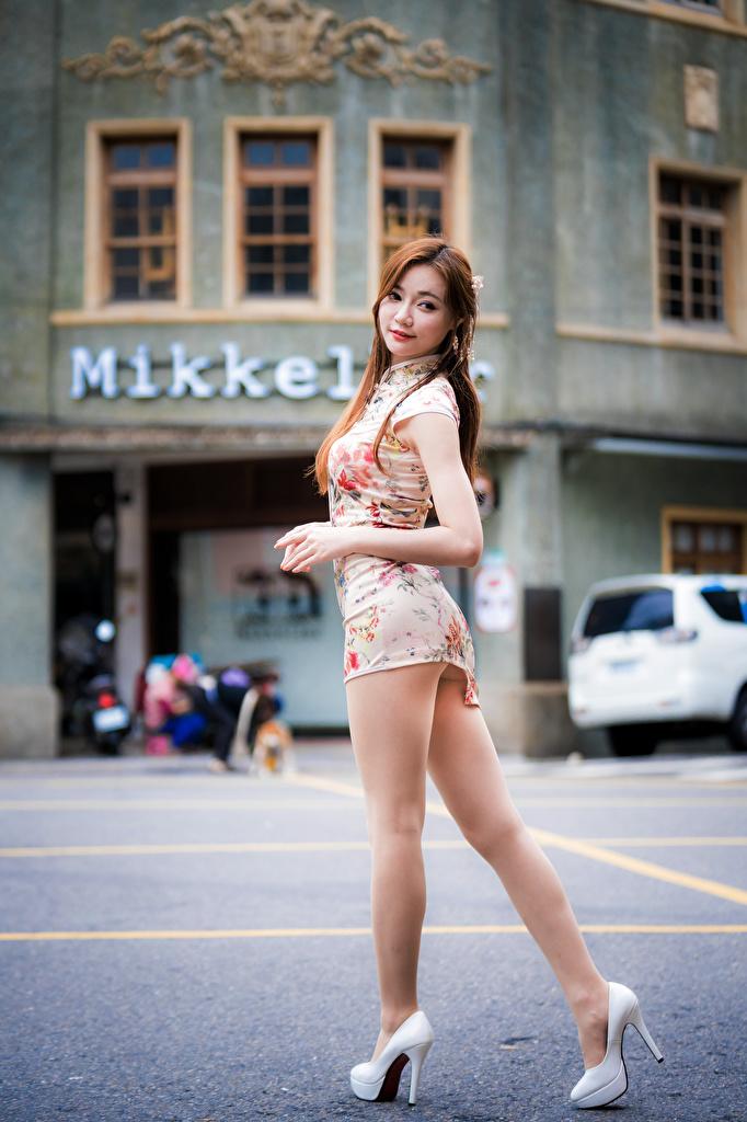 Bilder Pose junge Frauen Bein Asiaten Kleid Stöckelschuh  für Handy posiert Mädchens junge frau Asiatische asiatisches High Heels