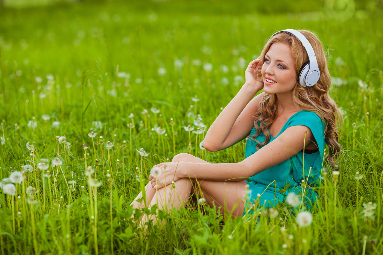 Foto Kopfhörer Braunhaarige Mädchens Gras Hand sitzen Seitlich Braune Haare junge frau junge Frauen sitzt Sitzend