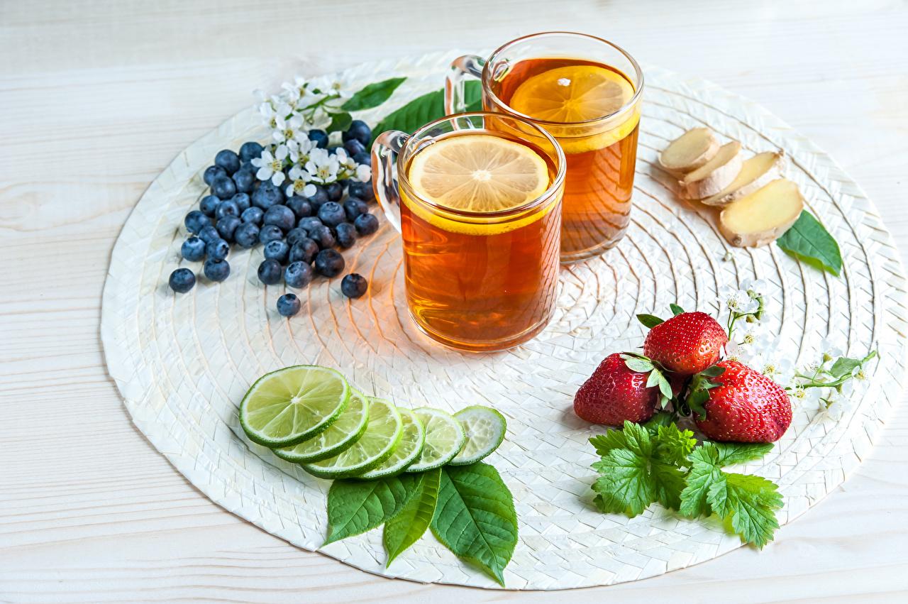 Desktop Hintergrundbilder Ingwer 2 Tee Limette Zitrone Trinkglas Erdbeeren Heidelbeeren Lebensmittel Zwei Zitronen das Essen