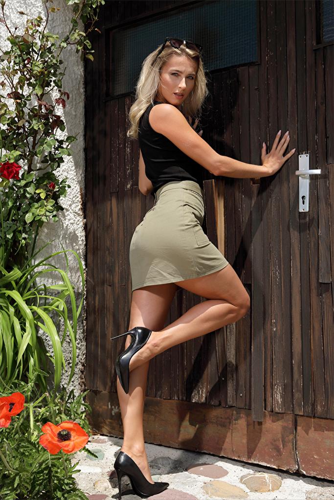 Bilder Cara Mell Rock Blond Mädchen posiert junge frau Bein Blick Stöckelschuh  für Handy Blondine Pose Mädchens junge Frauen Starren High Heels