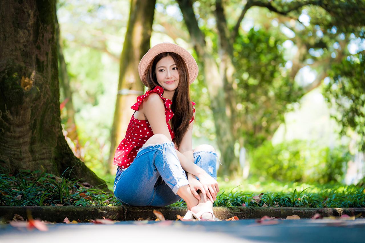 Fotos Braunhaarige Bokeh süße Bluse Der Hut junge frau Jeans Asiaten sitzt Braune Haare unscharfer Hintergrund nett Süß süßer süßes niedlich Mädchens junge Frauen Asiatische asiatisches sitzen Sitzend