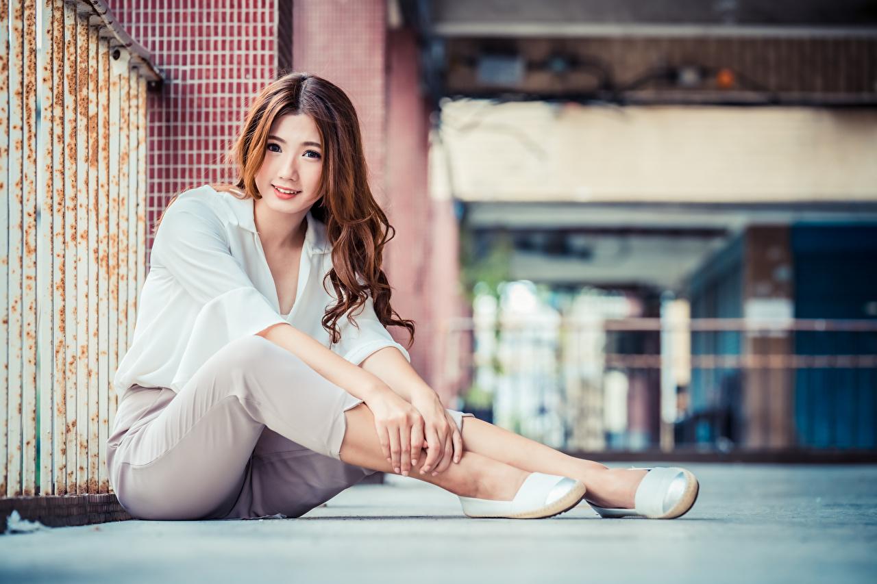 Fotos Braunhaarige Bokeh Bluse Mädchens Asiaten Sitzend Starren Die Hose Braune Haare unscharfer Hintergrund junge frau junge Frauen Asiatische asiatisches sitzt sitzen Blick