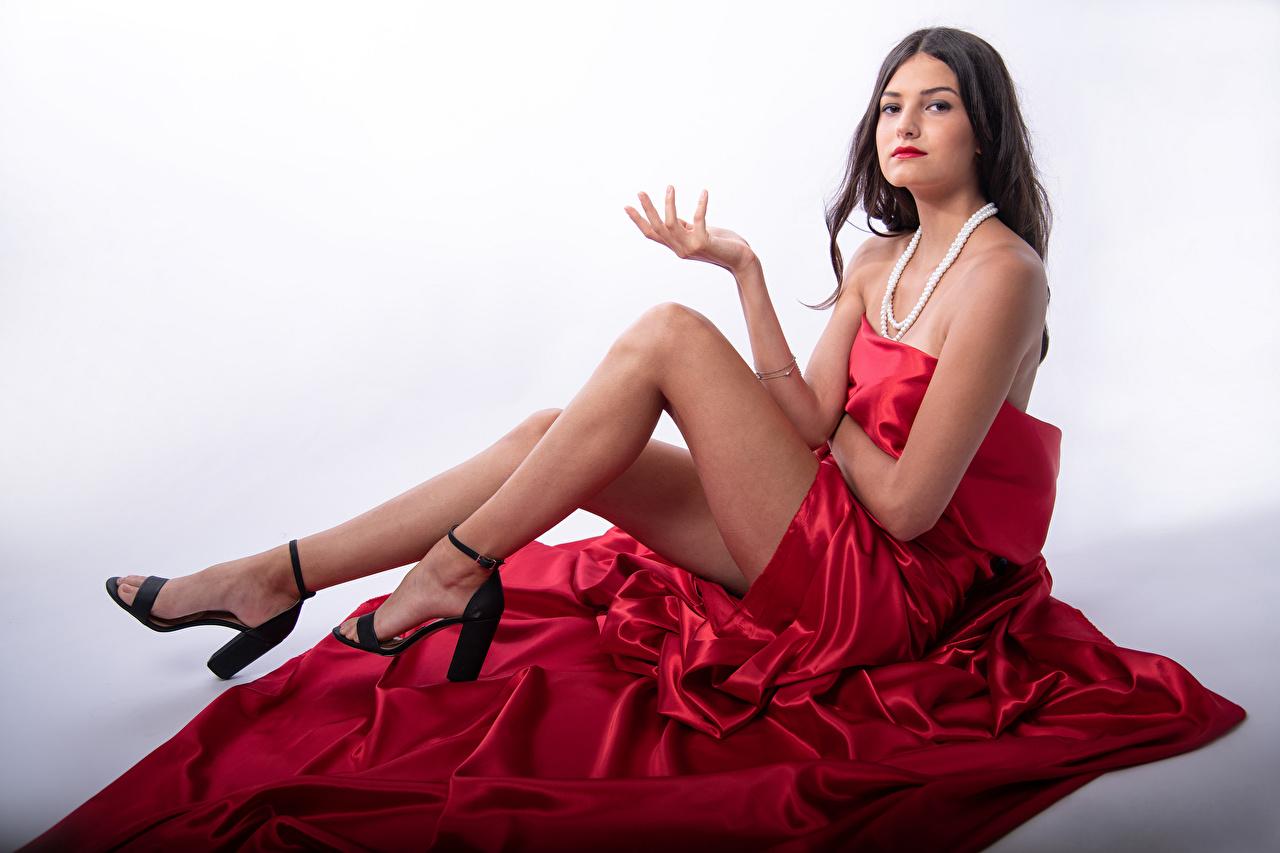 Fotos Model Eve Yargeau posiert junge frau Bein sitzt Blick Pose Mädchens junge Frauen sitzen Sitzend Starren