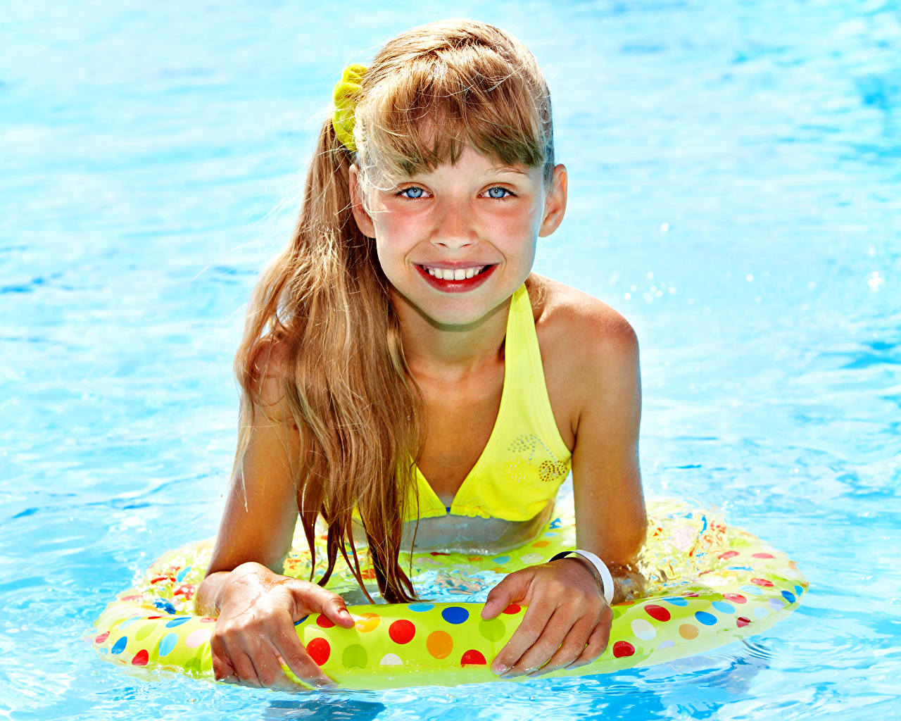 Wallpaper Little girls Brown haired Pools Smile Children Swimming bath child