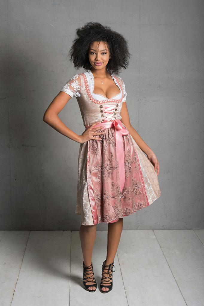 Bilder von Kellnerin Lächeln Sainabou posiert dekolletee Mädchens Uniform Blick Kleid  für Handy Pose Dekolleté junge frau junge Frauen Starren