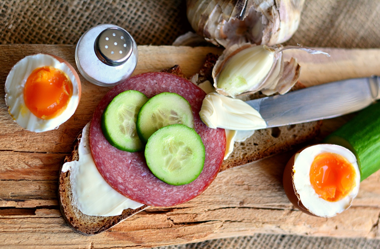 Fotos Messer eier Gurke Wurst Brot Butterbrot Geschnitten Lebensmittel Ei das Essen geschnittene geschnittenes
