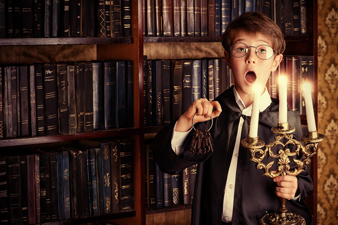 Картинка мальчик Удивление Дети Очки Свечи Книга ключа Мальчики мальчишка мальчишки удивлен удивлена эмоции изумление ребёнок книги очков очках ключом Замковый ключ