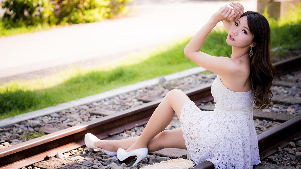 Fotos von Brünette Schienen junge Frauen Bein Asiatische Hand Sitzend Kleid Stöckelschuh Mädchens junge frau Asiaten asiatisches sitzt sitzen High Heels
