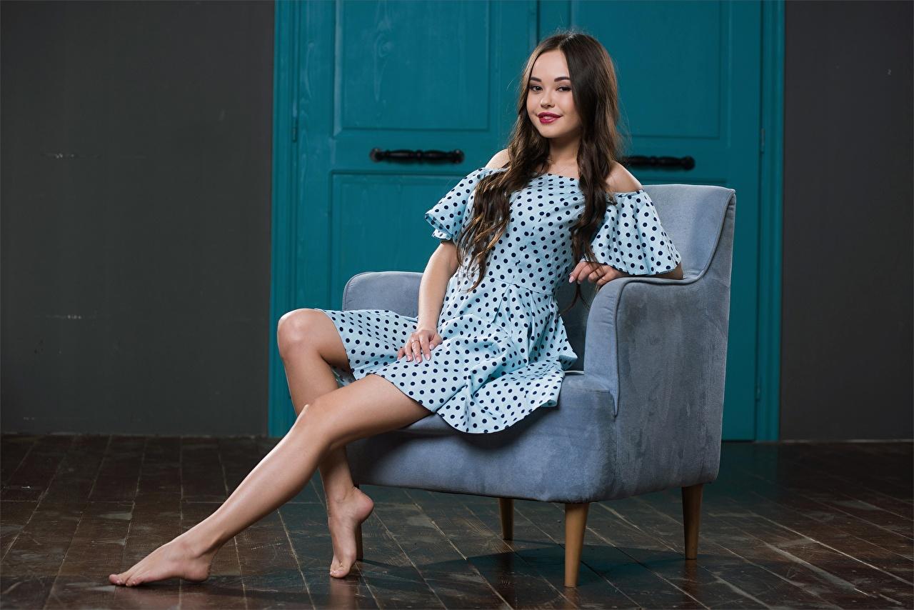 Bakgrundsbilder Li Moon Brunhårig tjej Leende Unga kvinnor Ben Sitter Länstol ser Klänning ung kvinna Blick