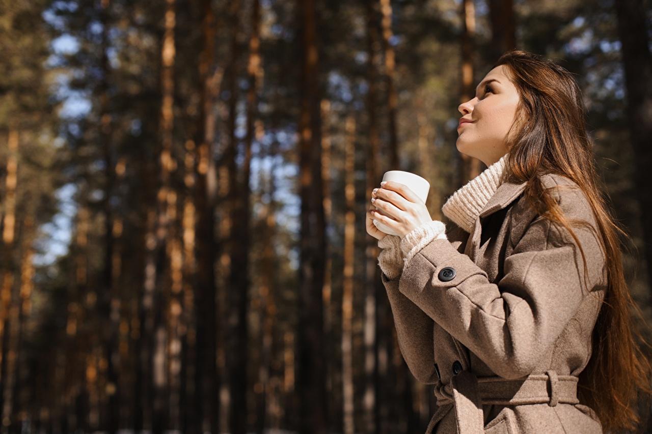 Foto Braune Haare unscharfer Hintergrund Mantel Mädchens Hand Becher Seitlich Braunhaarige Bokeh junge frau junge Frauen