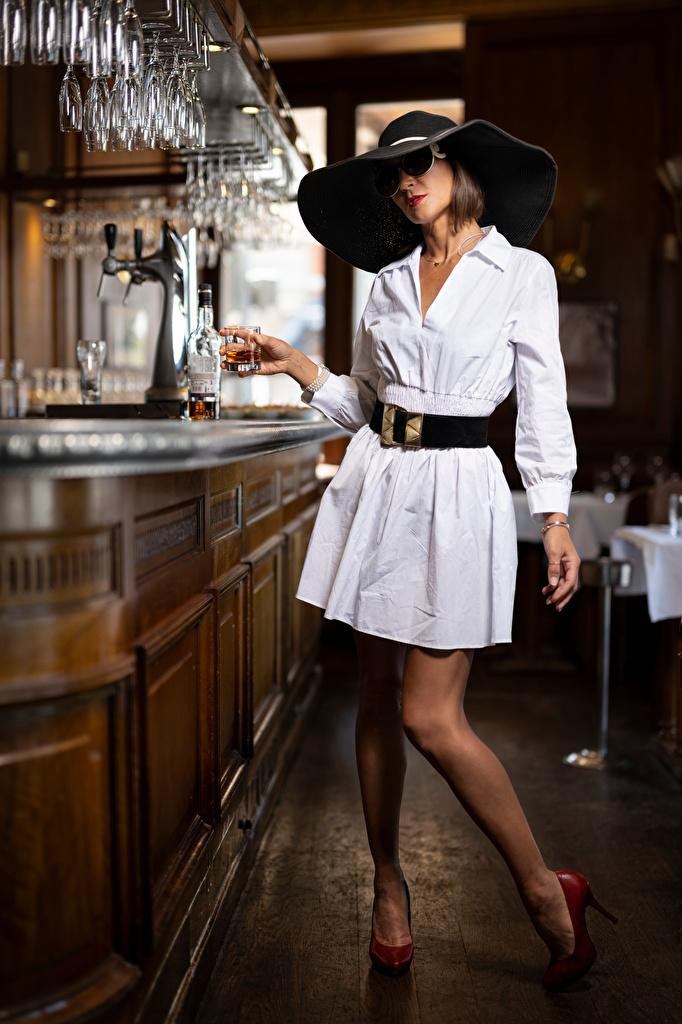 Nadege La pose Les robes Chapeau Bar Lunettes jeune femme, jeunes femmes, posant Filles pour Téléphone mobile