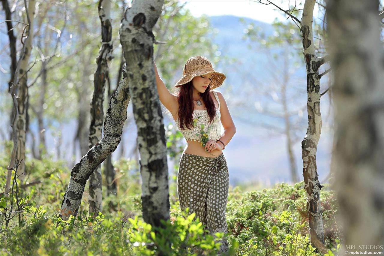 Fotos Elena Generi Rock unscharfer Hintergrund Pose Blumensträuße Der Hut junge frau Unterhemd Baumstamm Bokeh posiert Sträuße Mädchens junge Frauen