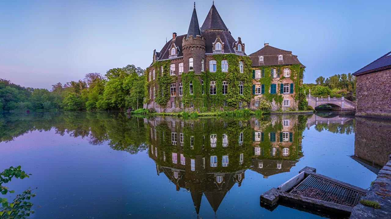 Desktop Hintergrundbilder Deutschland Linnep Castle, Ratingen Burg Natur Teich spiegelt Reflexion Spiegelung Spiegelbild
