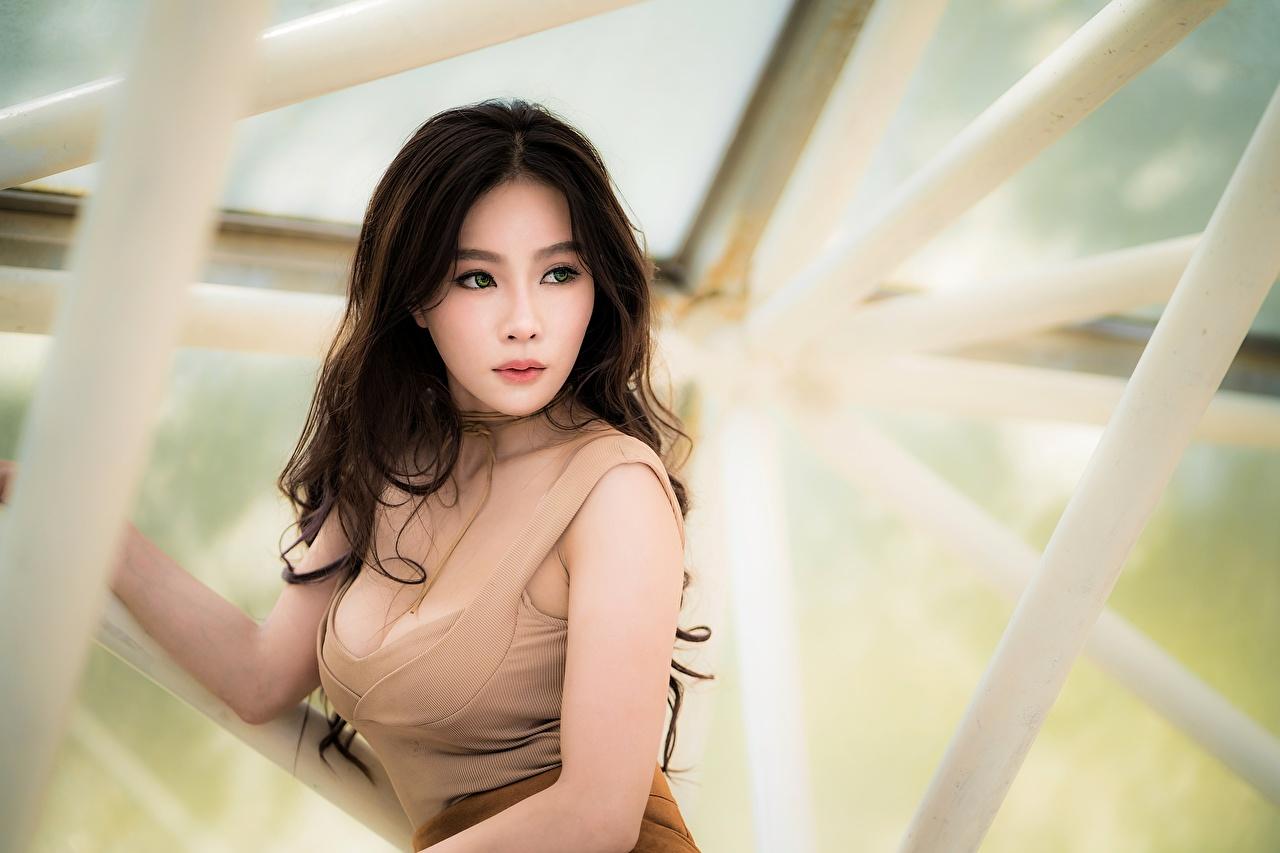 Fotos Brünette unscharfer Hintergrund dekolletee junge Frauen Asiatische Blick Bokeh Dekolleté Mädchens junge frau Asiaten asiatisches Starren