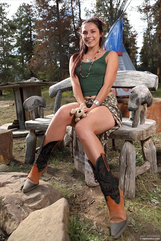 Fotos Elena Generi Lächeln junge Frauen Bein sitzt Bank (Möbel)  für Handy Mädchens junge frau sitzen Sitzend