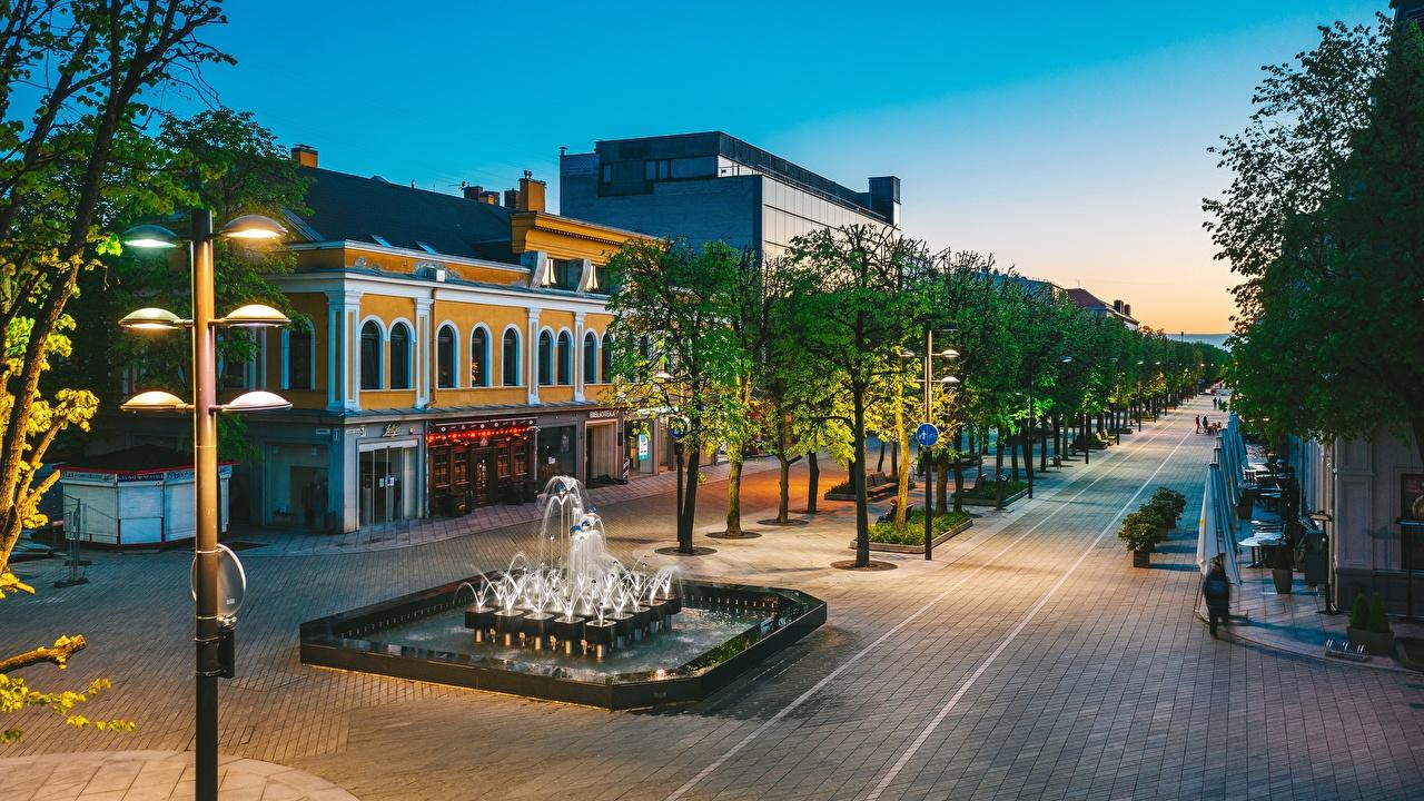 Desktop Hintergrundbilder Städte Litauen Springbrunnen Kaunas Straßenlaterne Bäume Allee Gebäude Stadtstraße Haus Straße