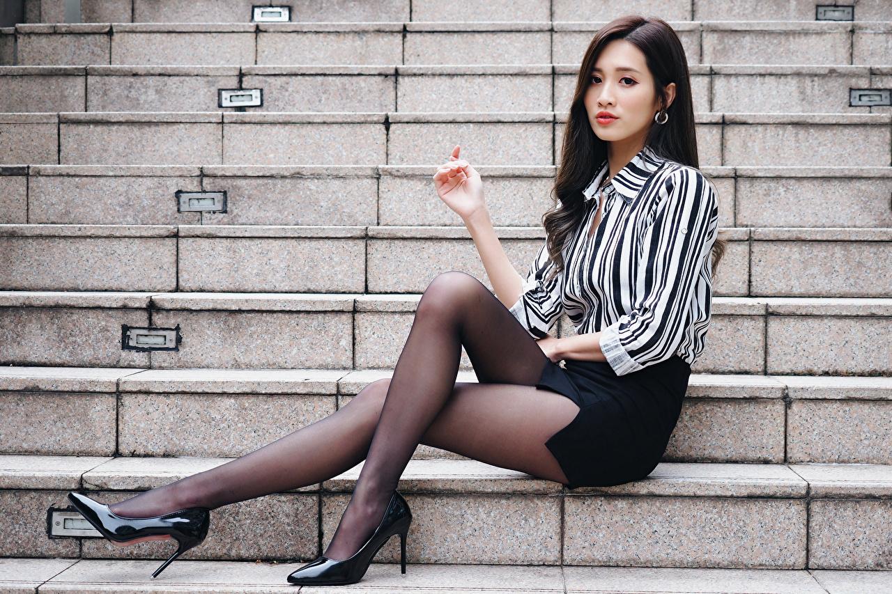 Bilder von Rock Brünette Strumpfhose Bluse Treppen Mädchens Bein Asiaten Sitzend Stöckelschuh Treppe Stiege junge frau junge Frauen Asiatische asiatisches sitzt sitzen High Heels