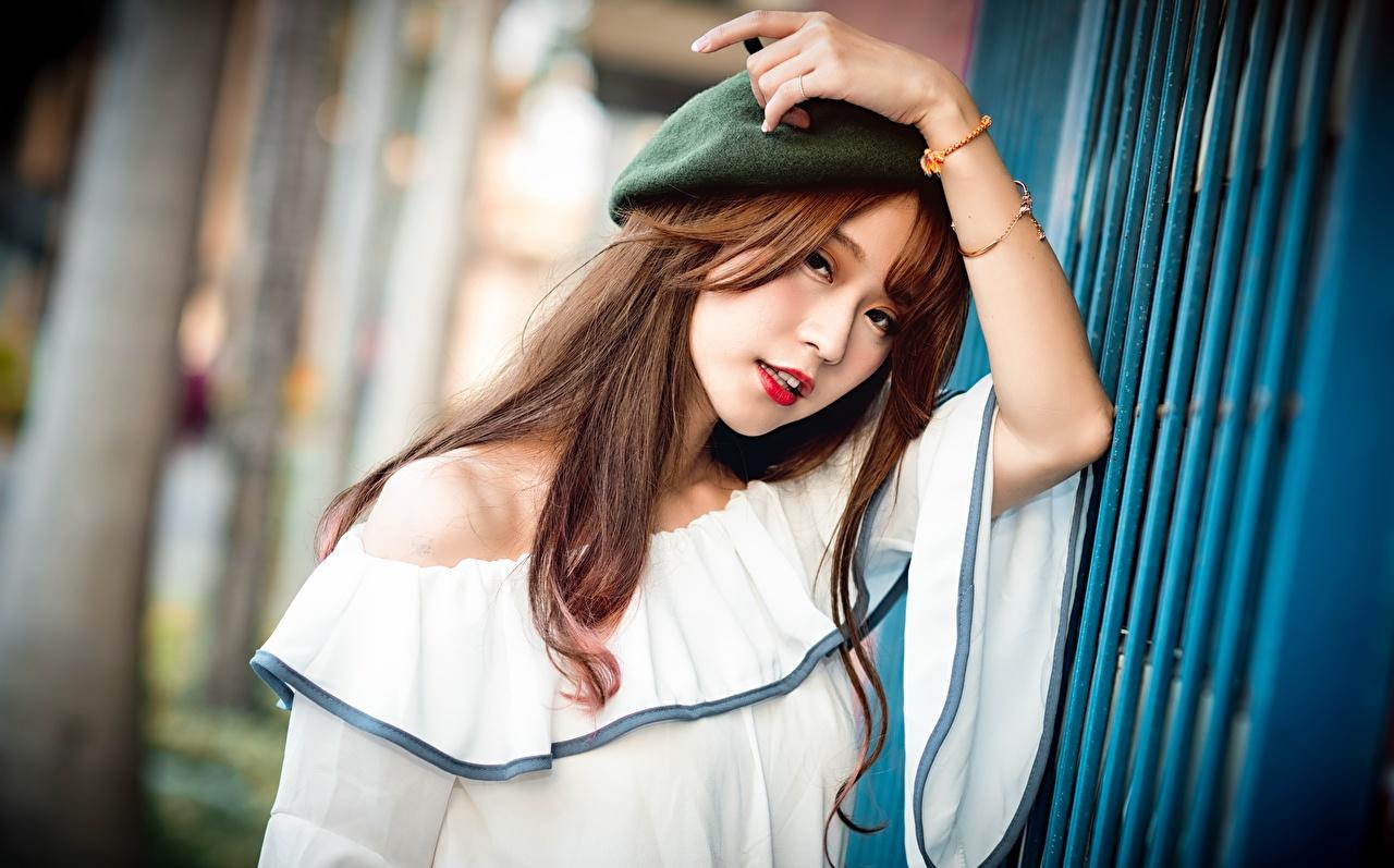 Desktop Hintergrundbilder Braunhaarige unscharfer Hintergrund Barett Mädchens Asiatische Hand Blick Braune Haare Bokeh junge frau junge Frauen Asiaten asiatisches Starren