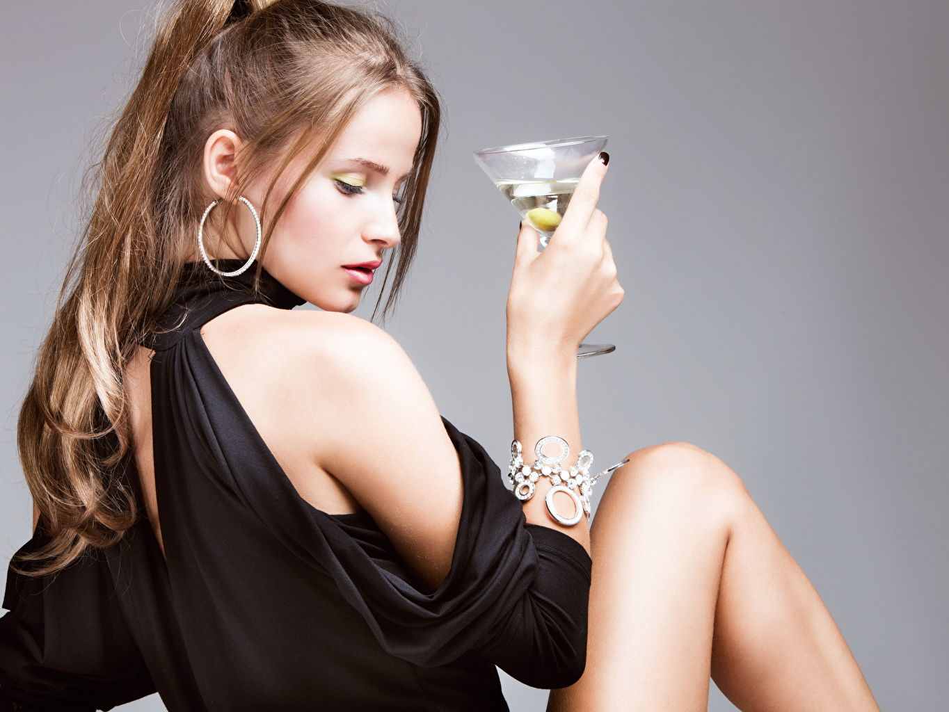 Fotos Braunhaarige junge Frauen Armband Hand Ohrring Weinglas Grauer Hintergrund Braune Haare Mädchens junge frau Armreif