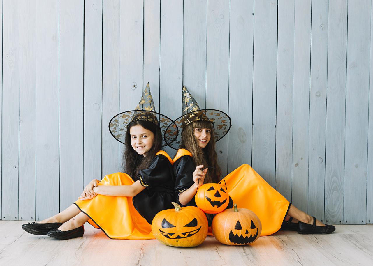 Foto's meisje Glimlach kind Hoed Twee 2 Pompoen Halloween muren Zitten Uniform Meisjes Kinderen Muur zittend