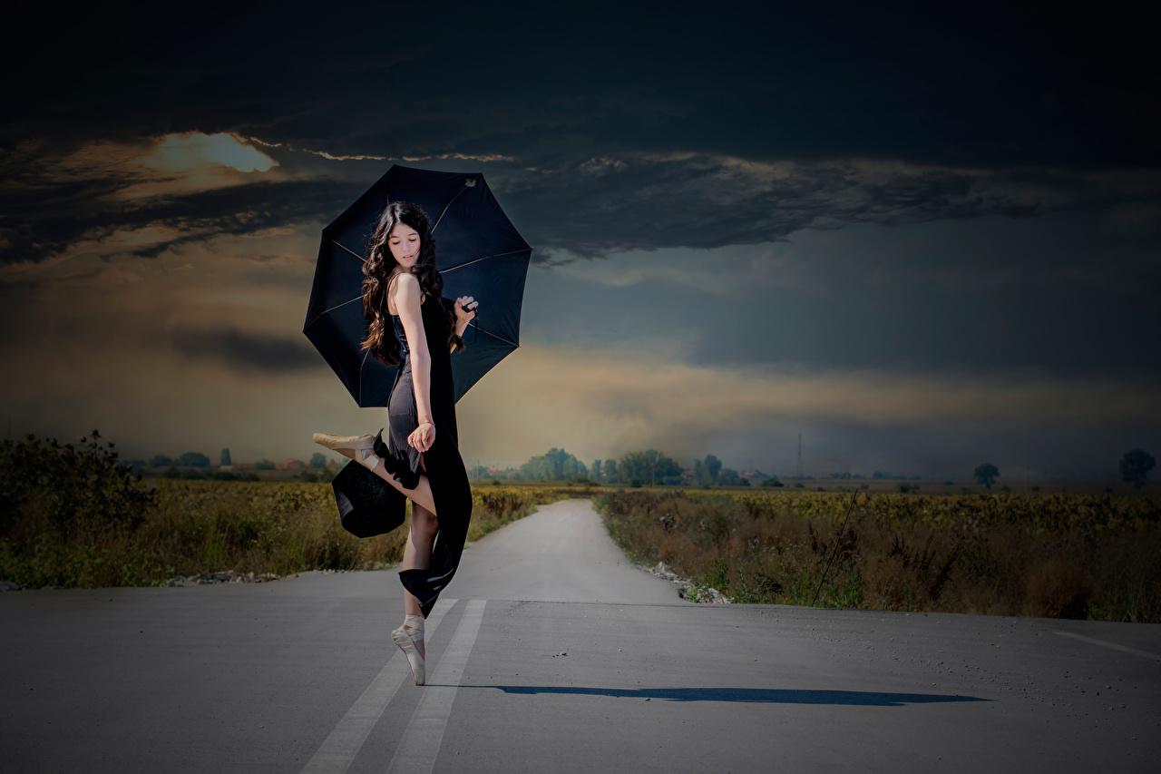 Foto Bruna ragazza Balletto che balla Ragazze Strade Ombrello ragazza capelli neri Danza ballano ragazza giovane donna giovani donne ombrella