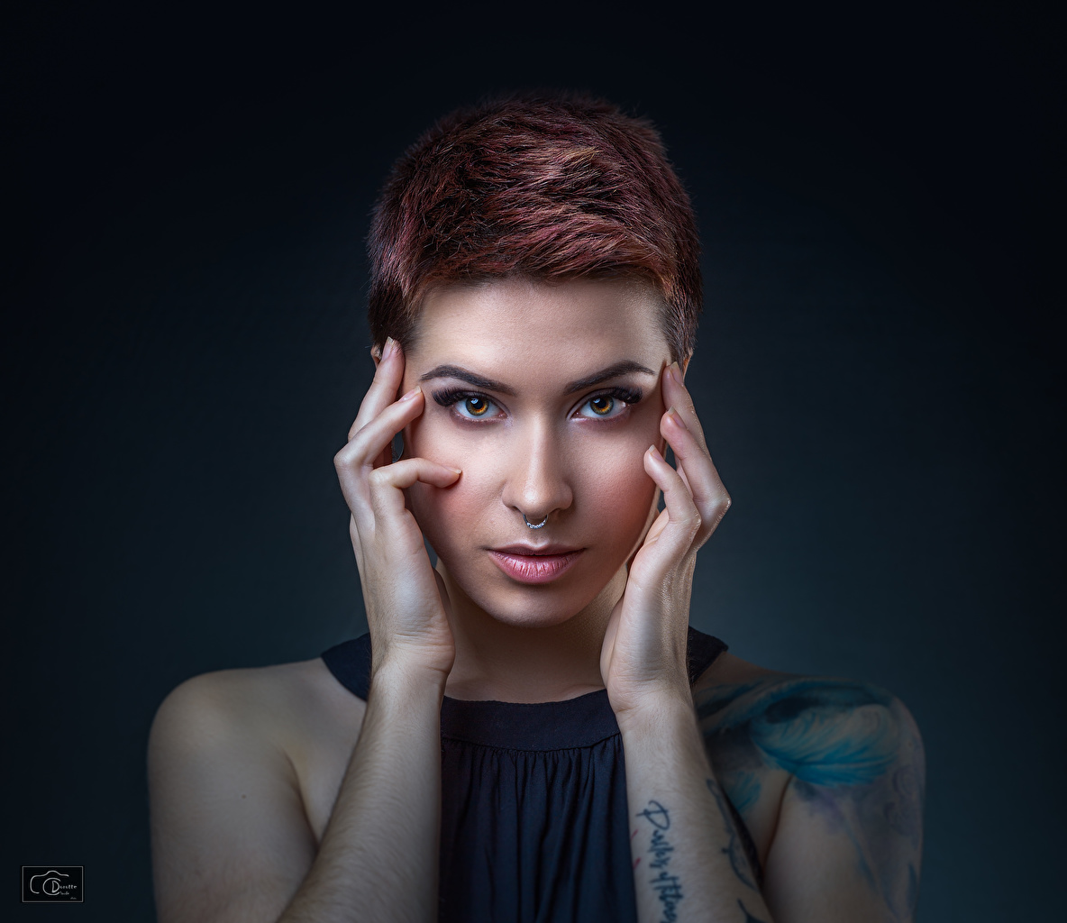 Bilder von Rotschopf Model Piercing Schminke Nase Mädchens Hand Starren Make Up junge frau junge Frauen Blick