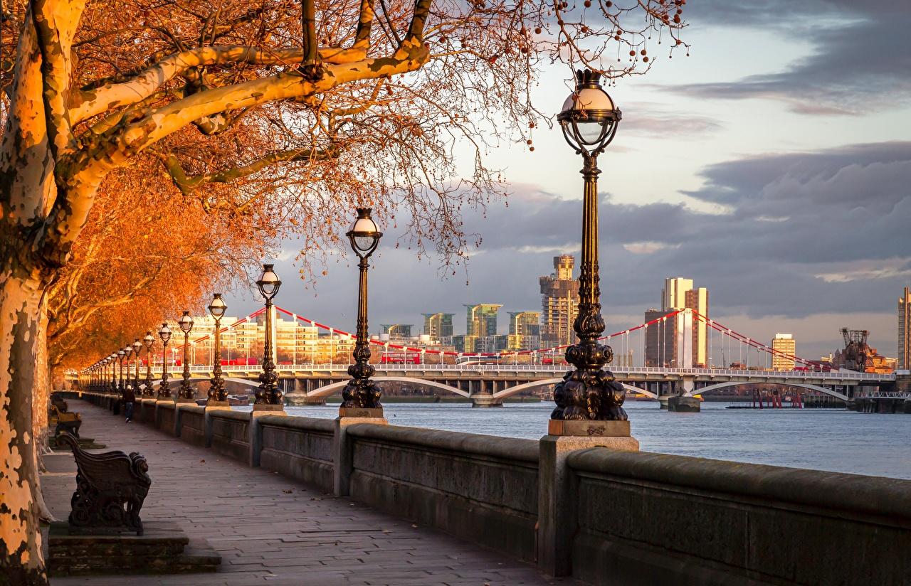 Desktop Hintergrundbilder London England River Thames, Chelsea Bridge Herbst Brücken Flusse Waterfront Straßenlaterne Bäume Städte Brücke Fluss