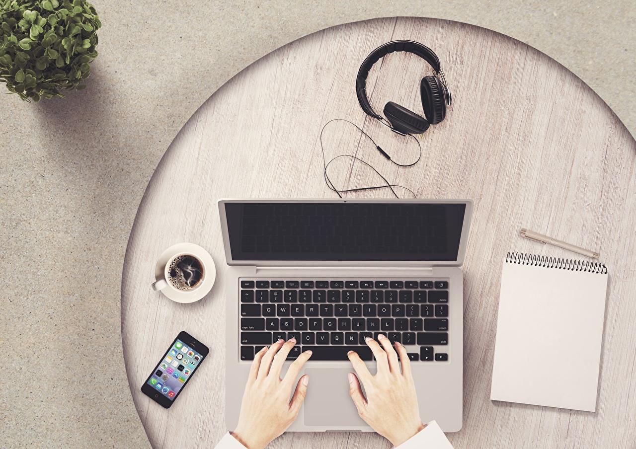 Bilder von Notebook Kopfhörer Smartphone Notizblock Kaffee Hand Tasse Finger Computers