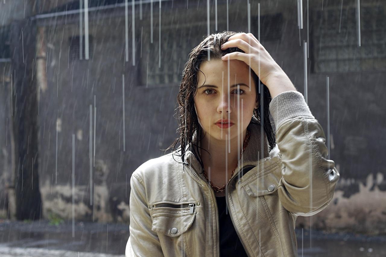 Bilder Brünette Haar Jacke Mädchens Regen Hand Nass Blick junge frau junge Frauen Starren