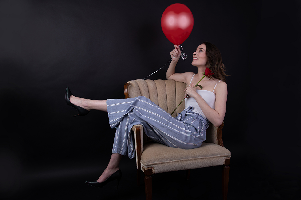 Bilder Lächeln Luftballon Catherine Breton posiert Rose Mädchens Unterhemd Sessel Die Hose luftballons Pose Rosen junge frau junge Frauen