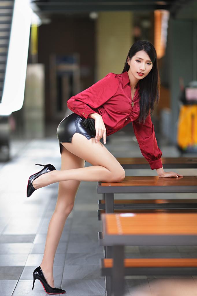 Desktop Hintergrundbilder Rock unscharfer Hintergrund posiert hübscher Bluse junge frau Bein asiatisches Stöckelschuh  für Handy Bokeh Pose Schön schöne hübsch schönes schöner hübsche Mädchens junge Frauen Asiaten Asiatische High Heels