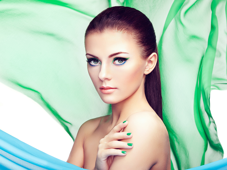 Bilder von Brünette Model Maniküre Make Up Mädchens Finger Blick Schminke junge frau junge Frauen Starren