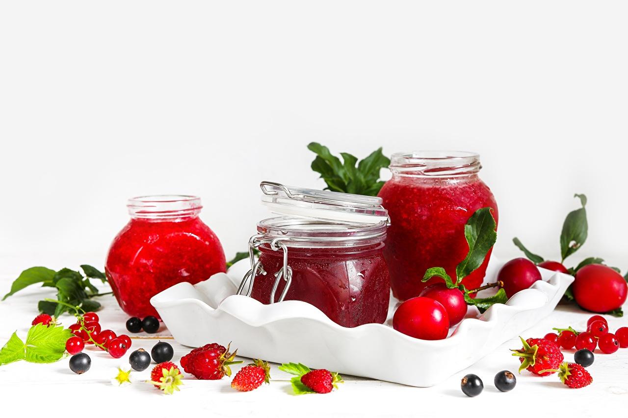 Desktop Hintergrundbilder Marmelade Ribisel Weckglas Erdbeeren Himbeeren Beere Lebensmittel Weißer hintergrund Warenje Konfitüre Einweckglas Meertrübeli Johannisbeeren das Essen
