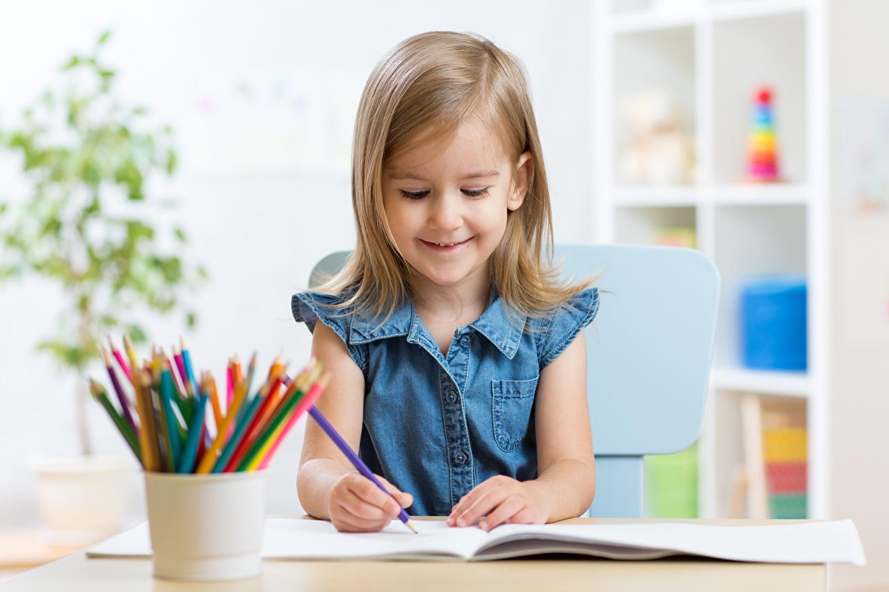 Desktop Hintergrundbilder Kleine Mädchen Bleistift Lächeln Bunte Kinder bleistifte Mehrfarbige kind