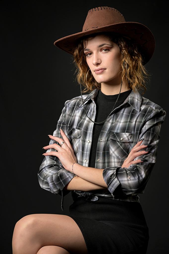 Fotos Rock Cowboy Morgane posiert Hemd Der Hut junge Frauen sitzt Blick  für Handy Pose Mädchens junge frau sitzen Sitzend Starren
